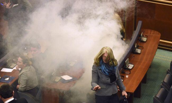 Testszkennerrel keresik a fegyvert a koszovói parlamentben