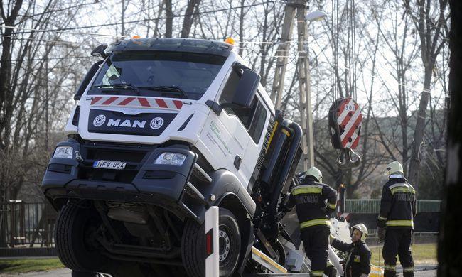 Beszakadt az út a szippantós kocsi alatt, a fél teherautó eltűnt lyukban - fotó