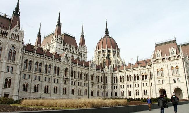 Négy parlamenti frakció is változtatna a népszavazási törvényen