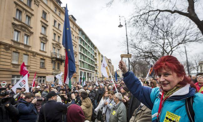 A népszavazások ügye miatt tüntetett az Együtt