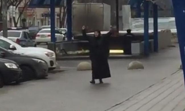 Levágott gyerekfejjel a kezében üvöltözött egy muszlim nő Moszkvában - videó