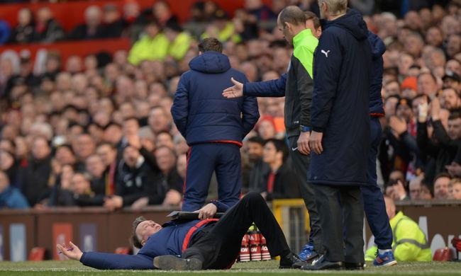 Eldobta magát a Manchester United edzője, jöttek a mémek