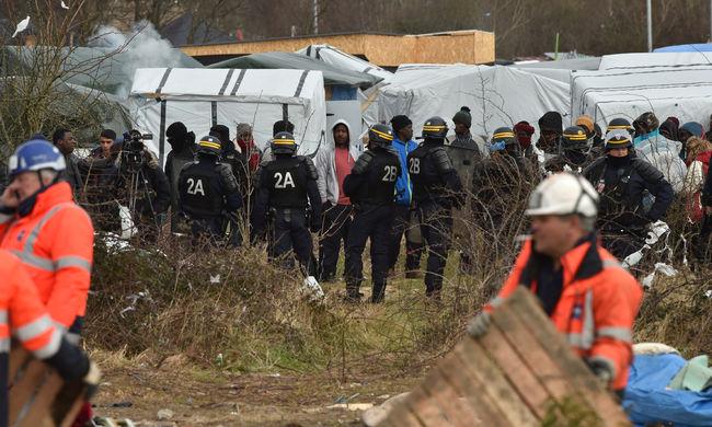 Buldózerrel mentek neki a migránsok sátrainak