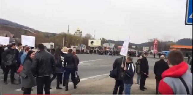 Tanárok zárták le az utat, mert nem kapnak fizetést