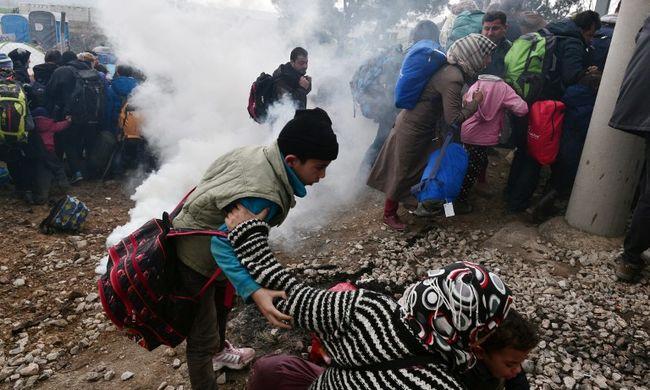 Könnygázt vetettek be a határon, a migránsok áttörték a macedón kerítést - videó