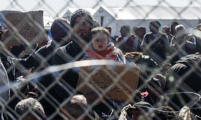 Faltörő kossal törték át a határt a migránsok