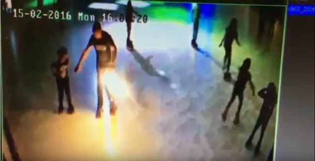 Hatalmasat robbant a zsebében az e-cigaretta, gyerekétől pár centire - videó