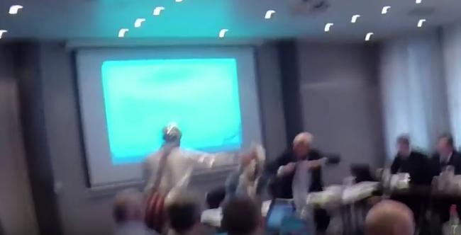 Bohócruhában dobtak tortát egy politikus arcába - videó