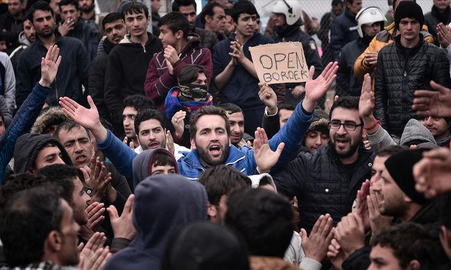 Több száz rendőrt és katonát küldtek a határra