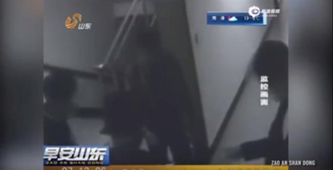 Kő-papír-ollóval döntötték el, hogy ki erőszakolhatja meg a lányt - videó