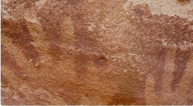 Nem embertől származó 8000 éves kézlenyomatokat találtak a barlang falán