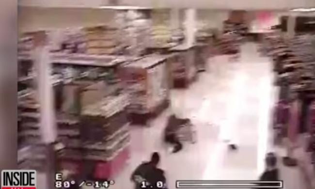 Boltba menekült a rendőrök elől, bevásárlókocsival állította meg egy vevő - videó