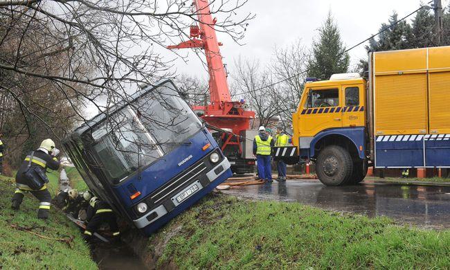 Árokba csúszott egy busz Budapesten, tűzoltók szabadították ki a sofőrt