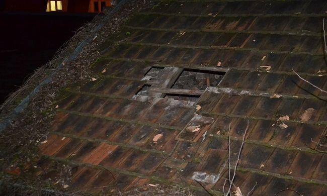 Tetőt bontottak, hogy lophassanak