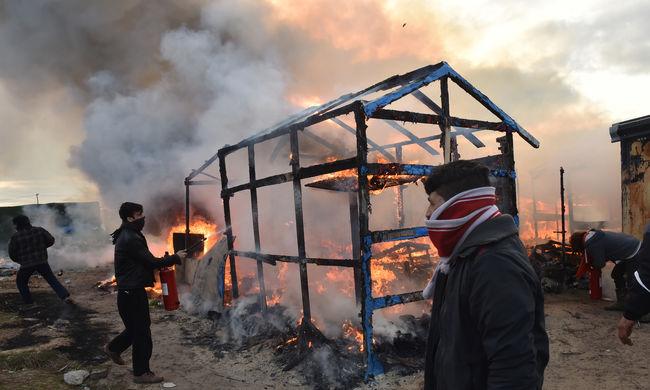 Leégett a calais-i sátortábor jogi központja