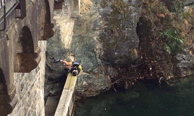 12 métert zuhant a hídról egy profi kerékpáros, de túlélte