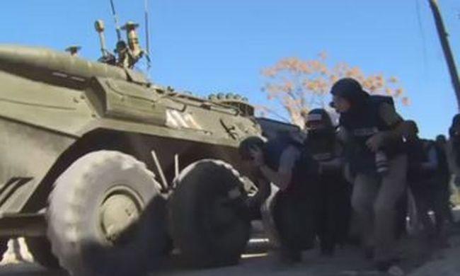 Újságírók mellett csapódtak be a lövedékek - videó