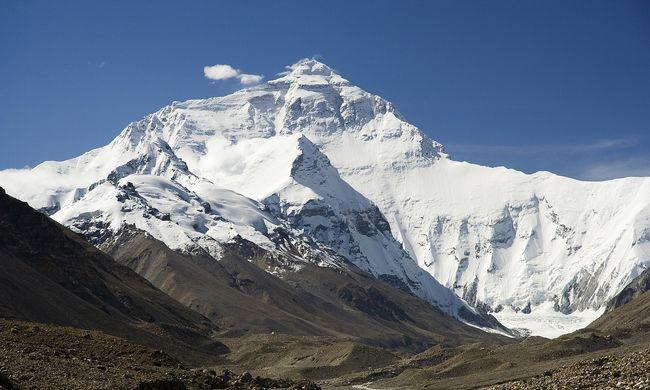 Rengeteg szemét rekedt a világ legmagasabb hegyén, helikopterekkel fogják megtakarítani tőle