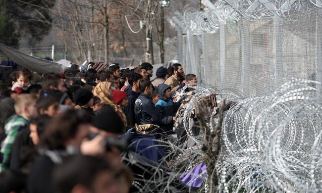 Megindultak a migránsok a határnak, elegük lett a várakozásból