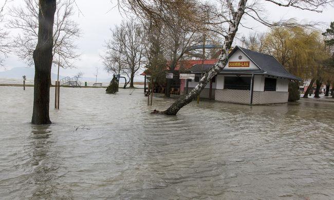 Belvíz: több mint 78 ezer hektár víz alatt, kiöntött a Balaton is