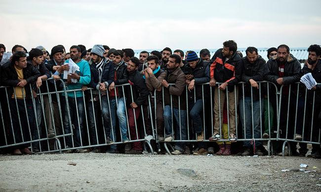 Több mint 12 ezer migráns vár zuhogó esőben a macedón határon