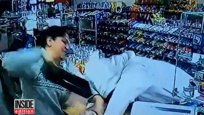 Kalapáccsal kergette el az eladó a fegyveres rablót - videó