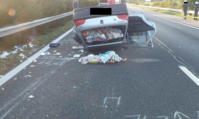 Felborult az autó, a hátul utazó nő meghalt