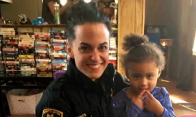 Rendőrt hívott a kétéves kislány, mert nem tudott egyedül felöltözni - videó