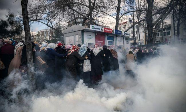 Továbbra is könnygázzal oszlatják a tömeget a török szerkesztőségnél