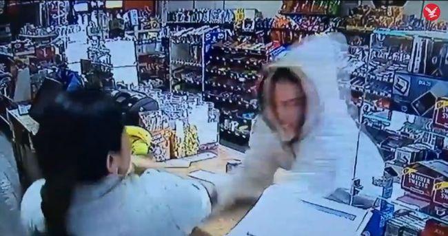 Ki akarta rabolni az üzletet, az eladó kalapáccsal támadt rá - videó