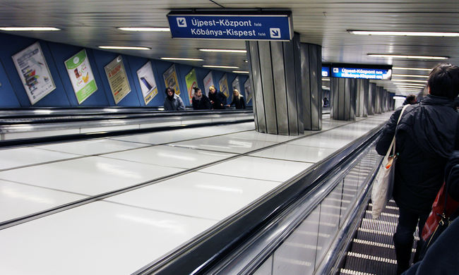 Sínre esett egy fiatal lány, ezért nem jár a metró