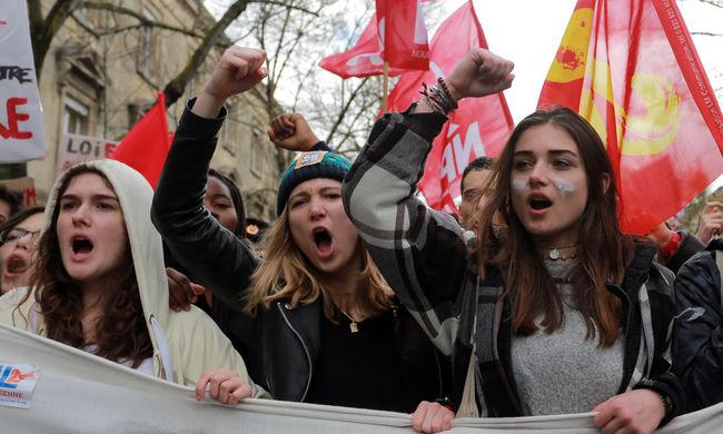 Több száz gimnáziumot és egyetemet foglaltak el a tiltakozó diákok