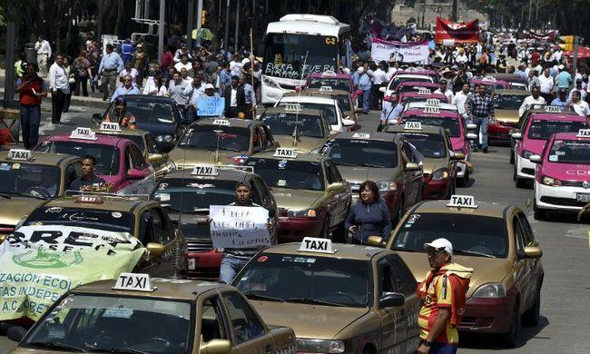 Téglákkal dobálták az Uber ellen tüntető taxisokat