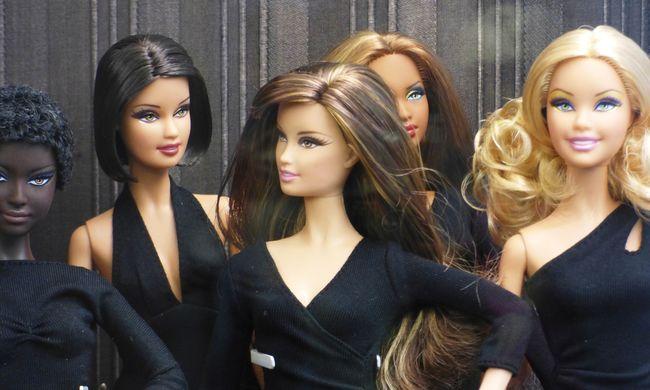 Ha a Barbie baba élő nő lenne, akkor 49 kilót nyomna és négykézláb mászkálna