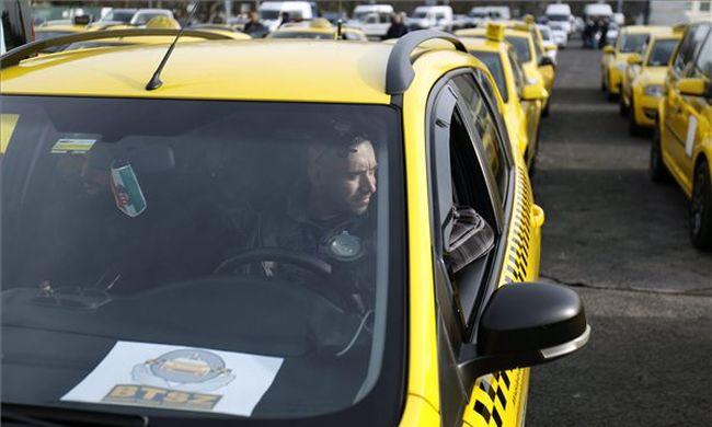 Ismét az Uber ellen tüntetnek a taxisok, lassítják a forgalmat
