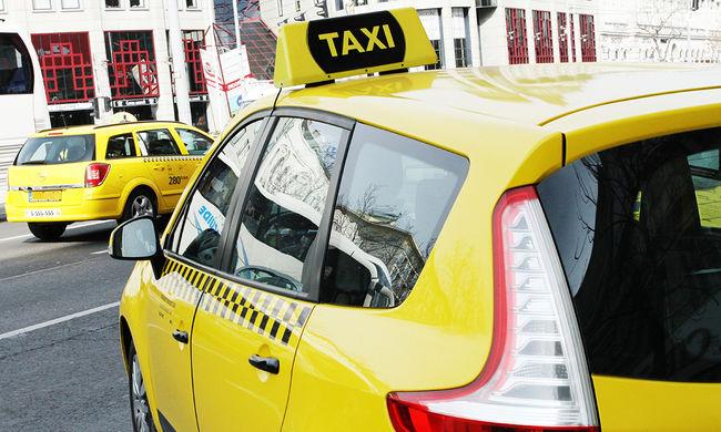 Videózni kezdte a taxiban szexelő párt, a nő erre a melleit is megmutatta - videó