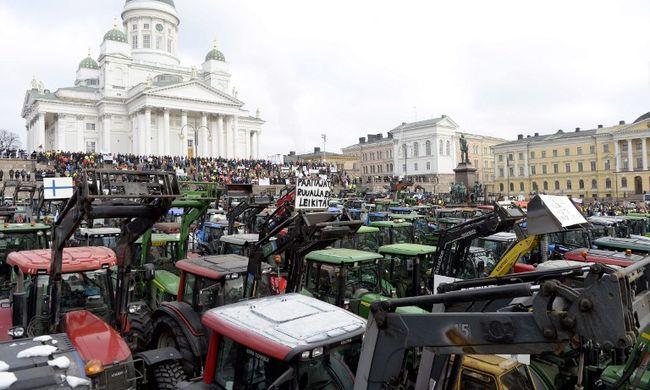 Több ezer gazda tüntetett traktorral