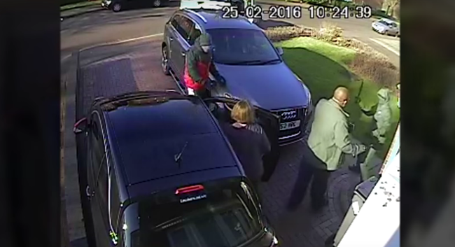 Videó: megvertek egy férfit a saját háza előtt, majd ellopták a kocsiját