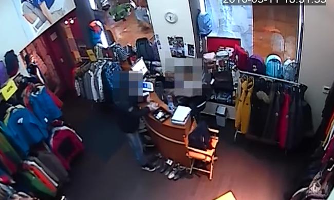 Elfogták a budapesti üzlet gázpisztolyos rablóját - videó