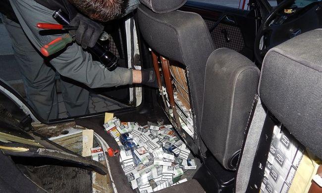Több száz doboz cigarettát csempésztek a kocsiban
