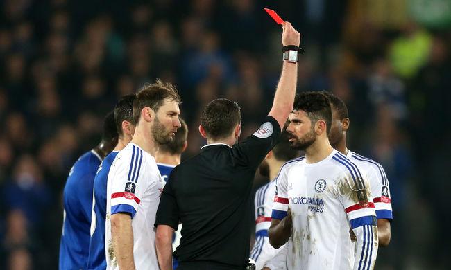 A Chelsea sztárja a bíró felé köpött, fejjel ment az ellenfél játékosának, haraphatott is - videó