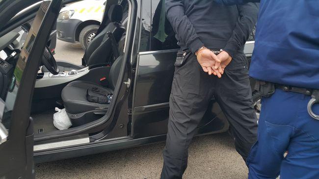 Másfél kiló kábítószer volt az ülése alatt - videó