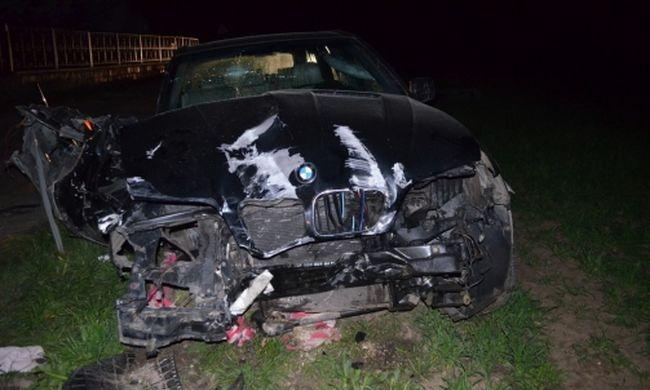 Bódultan száguldott BMW terepjárójával, villanyoszlopnak csapódott