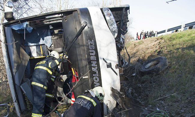 Súlyos sérültjei is vannak a délutáni buszbalesetnek - fotók