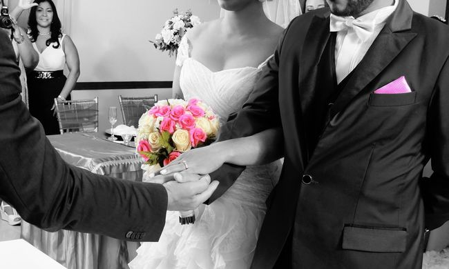 Lelőttek egy fiatal nőt az esküvőn