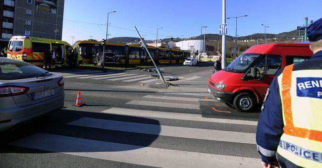 Terepjáró gázolta halálra a villamosmegállóban - képek