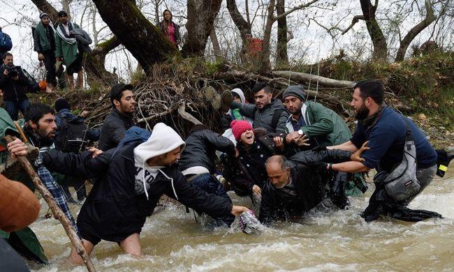 Megkerülték a kerítést, kétezer migránsnak sikerült bejutnia Macedóniába - videó!