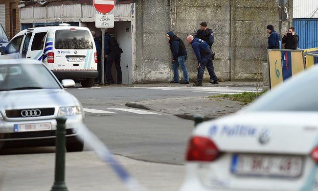 Házkutatáskor lőttek a rendőrökre, a háztetőkön elmenekültek
