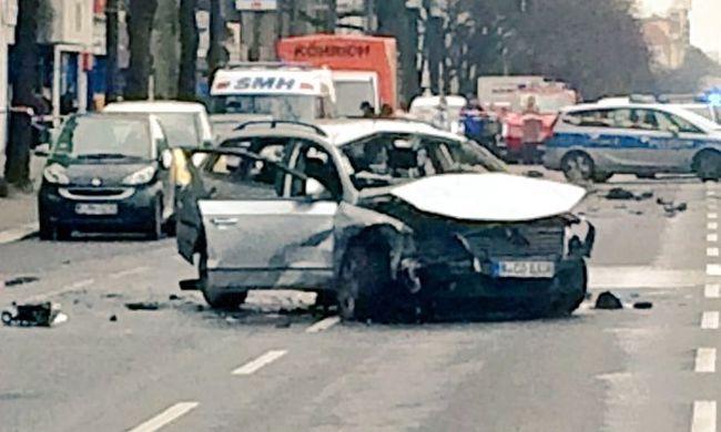 Merénylet Berlinben: egy autót robbantottak fel