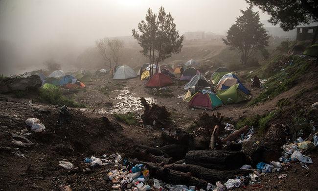 Hiába keltek át az áradó folyón a migránsok, visszaküldik őket Macedóniába